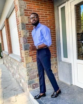 Silberne Uhr kombinieren – 500+ Herren Outfits: Ein hellblaues Langarmhemd und eine silberne Uhr sind eine perfekte Wochenend-Kombination. Fühlen Sie sich mutig? Entscheiden Sie sich für schwarzen Leder Slipper mit Fransen.