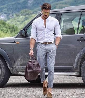Wie kombinieren: weißes Langarmhemd, graue Anzughose mit Schottenmuster, braune Wildleder Slipper mit Quasten, dunkelbraune Leder Reisetasche