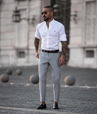 Wie kombinieren: weißes Langarmhemd, graue Anzughose, schwarze Leder Slipper mit Quasten, schwarzer Ledergürtel