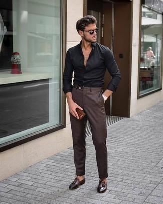 Dunkelbraune Anzughose kombinieren: trends 2020: Kombinieren Sie ein schwarzes Langarmhemd mit einer dunkelbraunen Anzughose für einen stilvollen, eleganten Look. Dunkelbraune Leder Slipper mit Quasten sind eine kluge Wahl, um dieses Outfit zu vervollständigen.