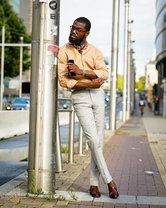 Silberne Uhr kombinieren – 500+ Herren Outfits: Für ein bequemes Couch-Outfit, kombinieren Sie ein beige Leinen Langarmhemd mit einer silbernen Uhr. Braune Leder Slipper mit Quasten sind eine einfache Möglichkeit, Ihren Look aufzuwerten.