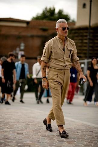 50 Jährige: Outfits Herren 2021: Erwägen Sie das Tragen von einem beige Langarmhemd für ein Alltagsoutfit, das Charakter und Persönlichkeit ausstrahlt. Dunkelbraune Leder Slipper mit Quasten sind eine einfache Möglichkeit, Ihren Look aufzuwerten.