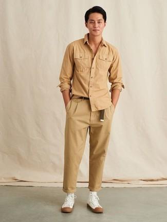 Dunkelbraunen Segeltuchgürtel kombinieren – 48 Herren Outfits: Vereinigen Sie ein beige Langarmhemd mit einem dunkelbraunen Segeltuchgürtel für einen entspannten Wochenend-Look. Weiße hohe Sneakers aus Segeltuch bringen Eleganz zu einem ansonsten schlichten Look.