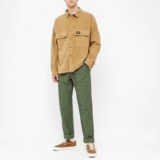 Beige Langarmhemd kombinieren – 381 Herren Outfits: Tragen Sie ein beige Langarmhemd und eine olivgrüne Chinohose für ein Alltagsoutfit, das Charakter und Persönlichkeit ausstrahlt. Warum kombinieren Sie Ihr Outfit für einen legereren Auftritt nicht mal mit braunen Segeltuch niedrigen Sneakers?