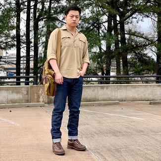 Wie kombinieren: beige Langarmhemd, dunkelblaue Jeans, braune Lederfreizeitstiefel, senf Segeltuch Umhängetasche