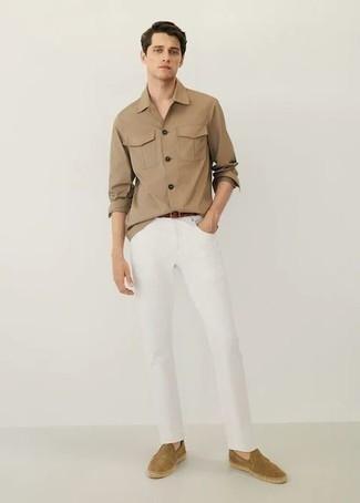 Beige Langarmhemd kombinieren – 381 Herren Outfits: Kombinieren Sie ein beige Langarmhemd mit weißen Jeans für einen bequemen Alltags-Look. Beige Wildleder Espadrilles sind eine ideale Wahl, um dieses Outfit zu vervollständigen.