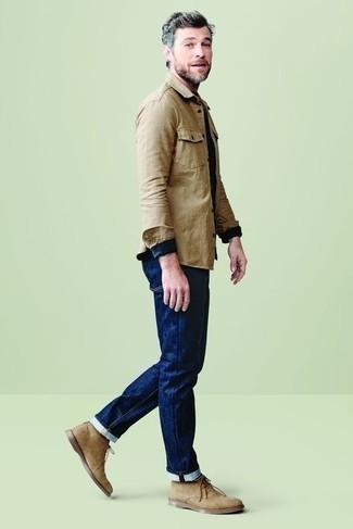 Beige Langarmhemd kombinieren – 381 Herren Outfits: Erwägen Sie das Tragen von einem beige Langarmhemd und dunkelblauen Jeans, um mühelos alles zu meistern, was auch immer der Tag bringen mag. Komplettieren Sie Ihr Outfit mit beige Chukka-Stiefeln aus Wildleder.