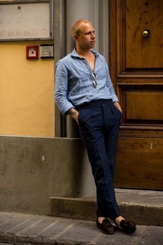 Dunkelbraune Wildleder Slipper mit Quasten kombinieren: trends 2020: Vereinigen Sie ein blaues vertikal gestreiftes Langarmhemd mit einer dunkelblauen Anzughose für eine klassischen und verfeinerte Silhouette. Fühlen Sie sich ideenreich? Vervollständigen Sie Ihr Outfit mit dunkelbraunen Wildleder Slippern mit Quasten.
