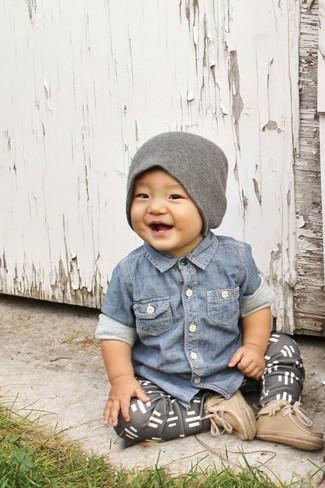 Wie kombinieren: blaues Jeanslangarmhemd, graue Jogginghose, beige Stiefel, graue Mütze