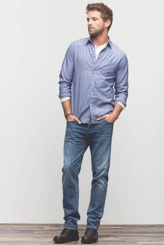 Wie kombinieren: blaues Langarmhemd, weißes Langarmshirt mit einer Knopfleiste, blaue Jeans, schwarze Chukka-Stiefel aus Leder