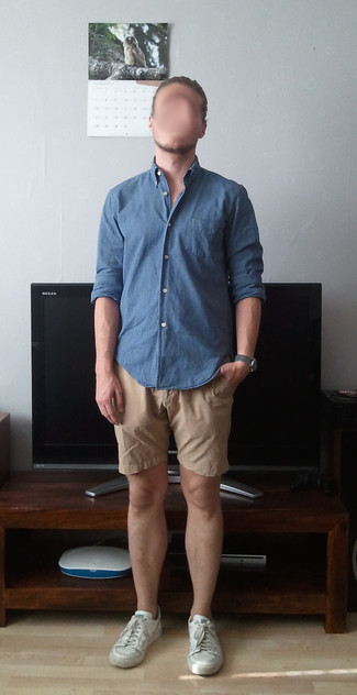 Dunkelgraue Lederuhr kombinieren – 480 Herren Outfits: Für ein bequemes Couch-Outfit, kombinieren Sie ein blaues Chambray Langarmhemd mit einer dunkelgrauen Lederuhr. Ergänzen Sie Ihr Outfit mit weißen Leder niedrigen Sneakers, um Ihr Modebewusstsein zu zeigen.