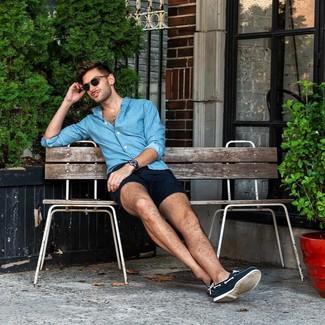 Wie kombinieren: blaues Chambray Langarmhemd, dunkelblaue Shorts, dunkelblaue Segeltuch Bootsschuhe, dunkelblaue Lederuhr