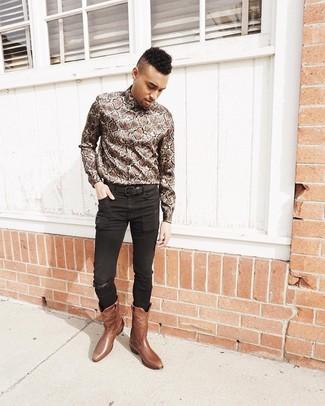 Wie kombinieren: braunes Langarmhemd mit Schlangenmuster, schwarze enge Jeans, braune Cowboystiefel aus Leder, schwarzer Ledergürtel