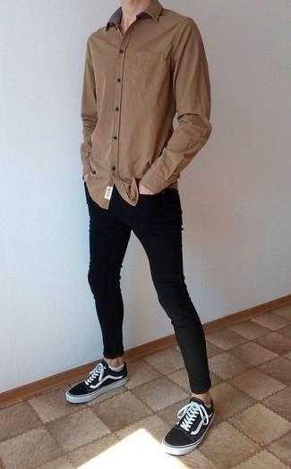 braunes Langarmhemd, schwarze enge Jeans, schwarze und weiße Segeltuch niedrige Sneakers, weiße Sneakersocken für Herren