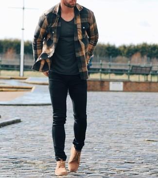 Wie kombinieren: braunes Flanell Langarmhemd mit Schottenmuster, schwarzes T-Shirt mit einem Rundhalsausschnitt, schwarze enge Jeans, beige Chukka-Stiefel aus Wildleder