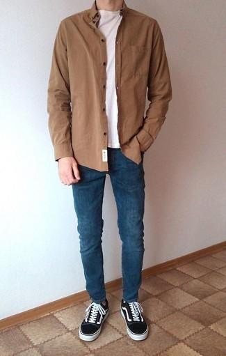 Niedrige Sneakers kombinieren: trends 2020: Kombinieren Sie ein braunes Langarmhemd mit dunkelblauen Jeans für ein großartiges Wochenend-Outfit. Niedrige Sneakers sind eine großartige Wahl, um dieses Outfit zu vervollständigen.