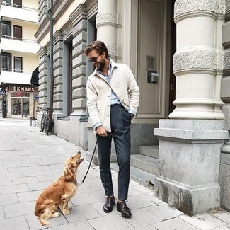 Hellbeige Langarmhemd kombinieren – 255 Herren Outfits: Vereinigen Sie ein hellbeige Langarmhemd mit einer dunkelgrauen Anzughose für einen stilvollen, eleganten Look. Dunkelbraune Leder Derby Schuhe fügen sich nahtlos in einer Vielzahl von Outfits ein.