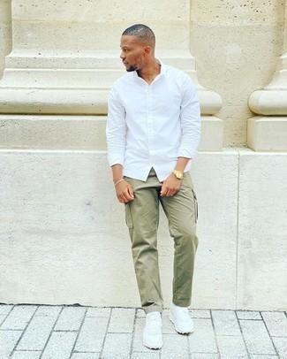 Goldene Uhr kombinieren – 500+ Herren Outfits: Kombinieren Sie ein weißes Langarmhemd mit einer goldenen Uhr für einen entspannten Wochenend-Look. Weiße Sportschuhe fügen sich nahtlos in einer Vielzahl von Outfits ein.