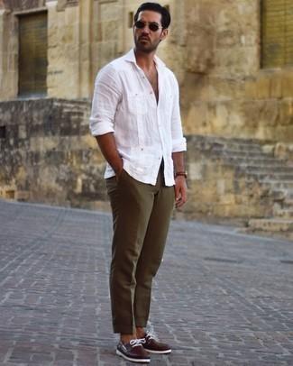 Bootsschuhe kombinieren – 590+ Herren Outfits: Vereinigen Sie ein weißes Leinen Langarmhemd mit einer olivgrünen Chinohose für ein sonntägliches Mittagessen mit Freunden. Komplettieren Sie Ihr Outfit mit Bootsschuhen.