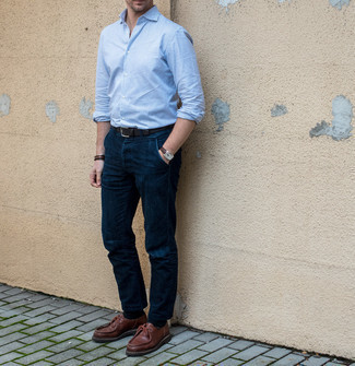 Stiefel kombinieren – 1200+ Herren Outfits: Kombinieren Sie ein weißes und blaues vertikal gestreiftes Langarmhemd mit einer dunkelblauen Chinohose für ein großartiges Wochenend-Outfit. Wählen Sie Stiefel, um Ihr Modebewusstsein zu zeigen.