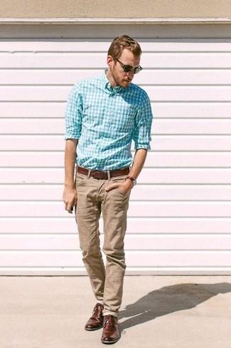 Wie kombinieren: türkises Langarmhemd mit Vichy-Muster, beige Chinohose, dunkelbraune Leder Derby Schuhe, brauner Ledergürtel