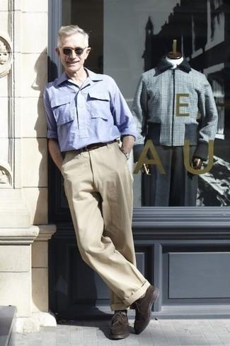 Mode für Herren ab 60 2020: Die Kombination von einem hellblauen Langarmhemd und einer hellbeige Chinohose erlaubt es Ihnen, Ihren Freizeitstil klar und einfach zu halten. Dunkelbraune Wildleder Derby Schuhe sind eine einfache Möglichkeit, Ihren Look aufzuwerten.