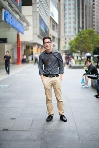 Beige Chinohose kombinieren: trends 2020: Kombinieren Sie ein graues Langarmhemd mit einer beige Chinohose für einen bequemen Alltags-Look. Putzen Sie Ihr Outfit mit schwarzen Leder Derby Schuhen.