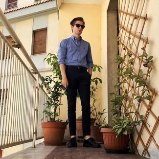 Herren Outfits 2020: Kombinieren Sie ein blaues Langarmhemd mit einer schwarzen Chinohose für ein bequemes Outfit, das außerdem gut zusammen passt. Putzen Sie Ihr Outfit mit schwarzen Leder Derby Schuhen.