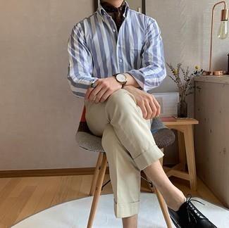 Hellbeige Chinohose kombinieren – 1200+ Herren Outfits: Entscheiden Sie sich für ein weißes und blaues vertikal gestreiftes Langarmhemd und eine hellbeige Chinohose für ein bequemes Outfit, das außerdem gut zusammen passt. Schwarze Leder Derby Schuhe bringen klassische Ästhetik zum Ensemble.