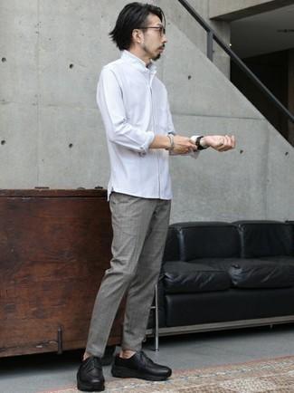 Schwarze klobige Leder Derby Schuhe kombinieren – 74 Herren Outfits: Kombinieren Sie ein weißes Langarmhemd mit einer grauen Chinohose für ein sonntägliches Mittagessen mit Freunden. Fühlen Sie sich ideenreich? Entscheiden Sie sich für schwarzen klobigen Leder Derby Schuhe.