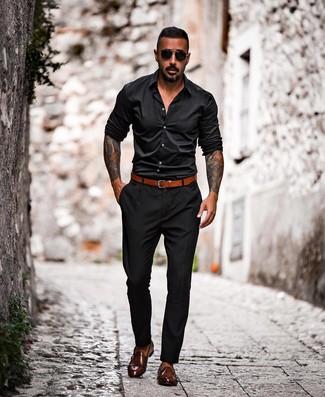 Wie kombinieren: schwarzes Langarmhemd, schwarze Chinohose, dunkelbraune Doppelmonks aus Leder, rotbrauner Ledergürtel