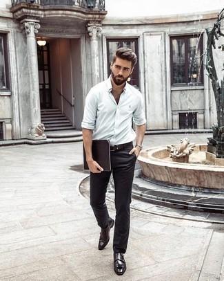 Dunkelbraune Doppelmonks aus Leder kombinieren: trends 2020: Erwägen Sie das Tragen von einem weißen Langarmhemd und einer schwarzen Chinohose für ein großartiges Wochenend-Outfit. Fühlen Sie sich mutig? Wählen Sie dunkelbraunen Doppelmonks aus Leder.