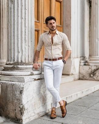 Rotbraune Doppelmonks aus Leder kombinieren – 500+ Herren Outfits: Kombinieren Sie ein beige vertikal gestreiftes Langarmhemd mit einer weißen Chinohose, um einen lockeren, aber dennoch stylischen Look zu erhalten. Rotbraune Doppelmonks aus Leder sind eine einfache Möglichkeit, Ihren Look aufzuwerten.