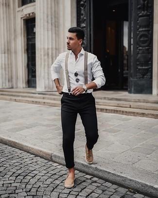 Hosenträger kombinieren – 33 Casual Herren Outfits: Für ein bequemes Couch-Outfit, erwägen Sie das Tragen von einem weißen Langarmhemd und einem Hosenträger. Fühlen Sie sich ideenreich? Komplettieren Sie Ihr Outfit mit beige Segeltuch Espadrilles.