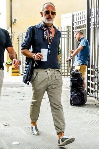 Bandana kombinieren – 611+ Herren Outfits: Halten Sie Ihr Outfit locker mit einem dunkelblauen Leinen Langarmhemd und einem Bandana. Machen Sie Ihr Outfit mit olivgrünen horizontal gestreiften Segeltuch Espadrilles eleganter.