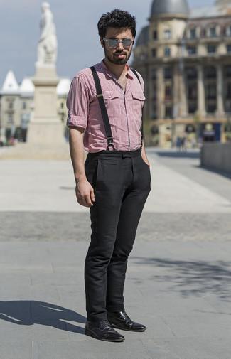 Wie kombinieren: rotes Langarmhemd mit Vichy-Muster, schwarze Chinohose, schwarze Lederformelle stiefel, graue Sonnenbrille