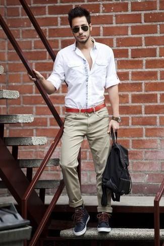 Wie kombinieren: weißes Langarmhemd, beige Chinohose, dunkelblaue Lederfreizeitstiefel, schwarzer Segeltuch Rucksack