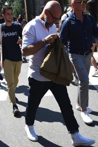 Olivgrüne Shopper Tasche aus Segeltuch kombinieren: Casual-Outfits: trends 2020: Entscheiden Sie sich für ein weißes Leinen Langarmhemd und eine olivgrüne Shopper Tasche aus Segeltuch für einen entspannten Wochenend-Look. Fühlen Sie sich ideenreich? Ergänzen Sie Ihr Outfit mit weißen hohen Sneakers aus Segeltuch.