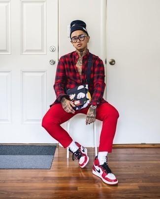 Transparente Sonnenbrille kombinieren – 500+ Herren Outfits: Für ein bequemes Couch-Outfit, kombinieren Sie ein rotes und schwarzes Flanell Langarmhemd mit Karomuster mit einer transparenten Sonnenbrille. Ergänzen Sie Ihr Outfit mit weißen und roten hohen Sneakers aus Leder, um Ihr Modebewusstsein zu zeigen.