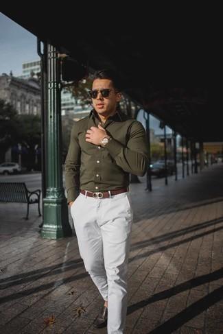 Goldene Uhr kombinieren: trends 2020: Für ein bequemes Couch-Outfit, entscheiden Sie sich für ein olivgrünes Langarmhemd und eine goldene Uhr. Fügen Sie dunkelbraunen Leder Mokassins für ein unmittelbares Style-Upgrade zu Ihrem Look hinzu.