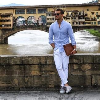 Wie kombinieren: hellblaues Langarmhemd, weiße Chinohose, graue niedrige Sneakers, braune Leder Clutch Handtasche