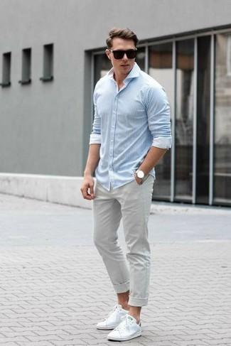 Wie kombinieren: hellblaues vertikal gestreiftes Langarmhemd, graue Chinohose, weiße Leder niedrige Sneakers, schwarze Sonnenbrille
