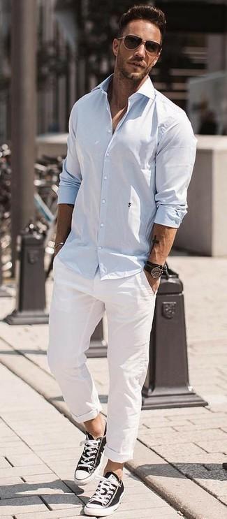 Wie kombinieren: hellblaues Langarmhemd, weiße Chinohose, schwarze und weiße Segeltuch niedrige Sneakers, dunkelbraune Sonnenbrille