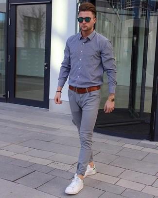 Wie kombinieren: graues Chambray Langarmhemd, graue Chinohose, weiße Leder niedrige Sneakers, rotbrauner Ledergürtel