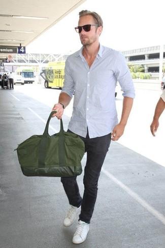 Wie kombinieren: hellblaues Langarmhemd, schwarze Chinohose, weiße Leder niedrige Sneakers, olivgrüne Segeltuch Reisetasche