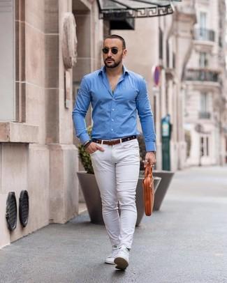 Dunkelblauen Segeltuchgürtel kombinieren: Entscheiden Sie sich für Komfort in einem blauen Langarmhemd und einem dunkelblauen Segeltuchgürtel. Setzen Sie bei den Schuhen auf die klassische Variante mit weißen niedrigen Sneakers.