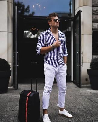 Wie kombinieren: weißes und dunkelblaues vertikal gestreiftes Langarmhemd, weiße Chinohose, weiße Leder niedrige Sneakers, schwarze Sonnenbrille