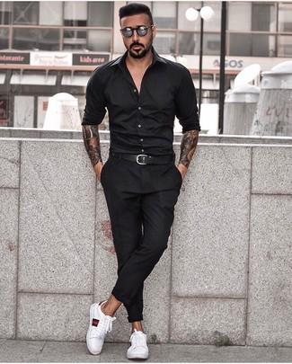 Wie kombinieren: schwarzes Langarmhemd, schwarze Chinohose, weiße bedruckte Leder niedrige Sneakers, schwarzer Ledergürtel