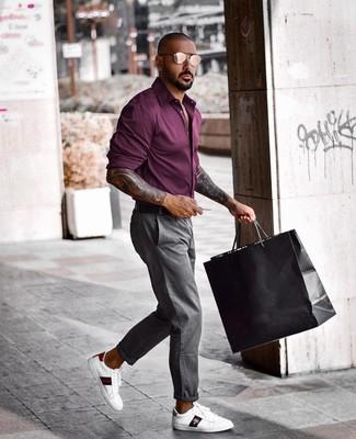 Wie kombinieren: dunkellila Langarmhemd, graue Chinohose, weiße bedruckte Leder niedrige Sneakers, schwarzer Ledergürtel