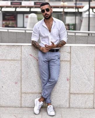 Wie kombinieren: weißes Langarmhemd, hellblaue Chinohose, weiße niedrige Sneakers, schwarzer Ledergürtel
